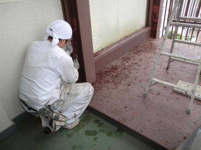 非常階段塗装前錆削工事